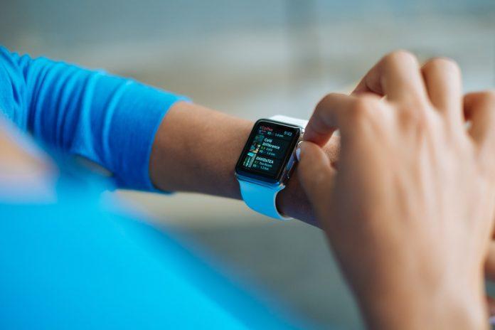 smartwatch bij een vrouw