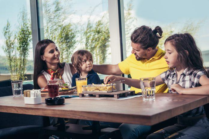 gezin op terras aan het eten