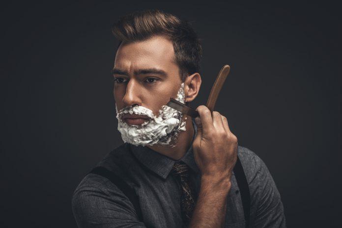 man aan het scheren