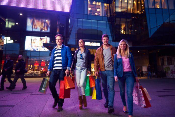 groep vrienden aan het shoppen tijdens citytrip